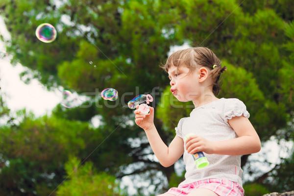 Cute meisje zeepbellen meisje voorjaar Stockfoto © bubutu