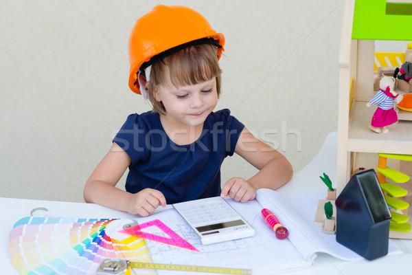 Glimlachend meisje oranje helm spelen motor Stockfoto © bubutu
