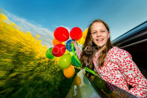 Lachend meisje ballonnen kleurrijk bewegende auto Stockfoto © bubutu