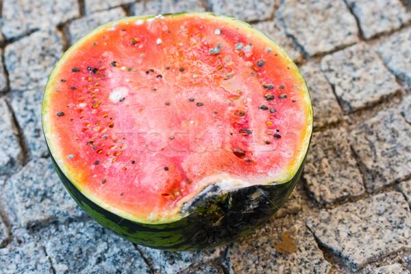 Rohadt görögdinnye szürke kő gyümölcs nyár Stock fotó © bubutu