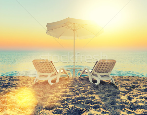 şezlong beyaz şemsiye plaj kum gökyüzü Stok fotoğraf © byrdyak
