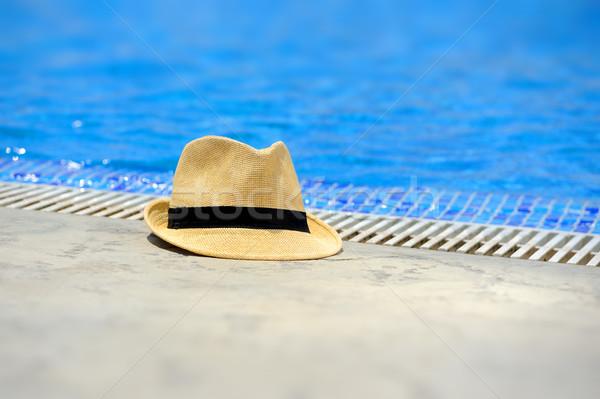 Borda piscina hotel praia menina Foto stock © byrdyak
