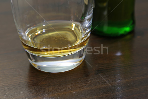Palec mały ilość whisky posiedzenia tabeli Zdjęcia stock © ca2hill