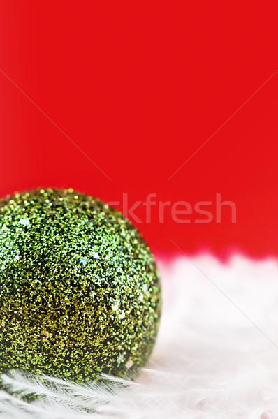 Yeşil top Noel kırmızı cam arka plan Stok fotoğraf © Calek