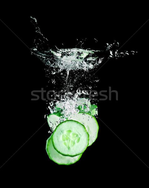 Pepino rebanadas caer alimentos fondo verde Foto stock © Calek