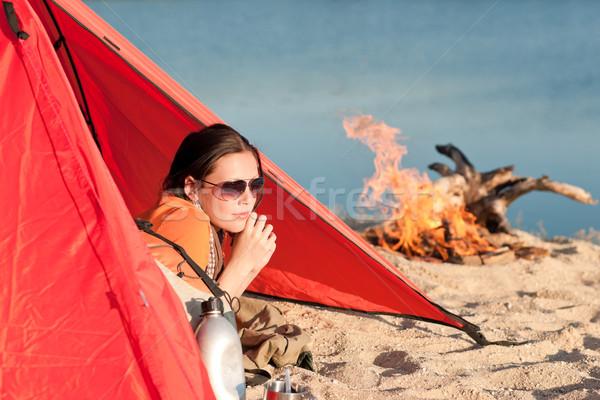 Kempingezés boldog nő pihen sátor tábortűz Stock fotó © CandyboxPhoto