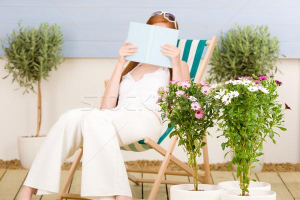 Zomer terras vrouw lezen ligstoel Stockfoto © CandyboxPhoto