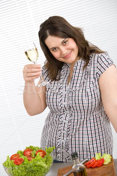 Gotować plus size kobieta białe wino Sałatka szczęśliwy Zdjęcia stock © CandyboxPhoto