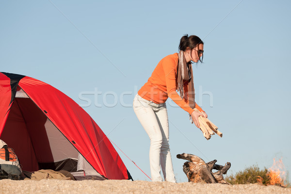 Kempingezés boldog nő készít tábortűz tengerpart Stock fotó © CandyboxPhoto