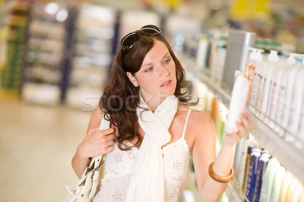 Stockfoto: Winkelen · cosmetica · nadenkend · vrouw · kiezen · shampoo