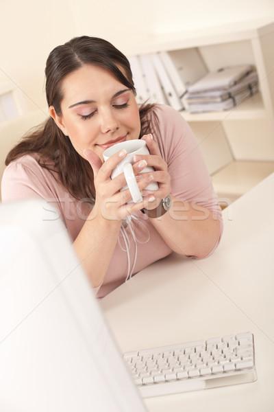 Stockfoto: Gelukkig · zakenvrouw · koffiepauze · kantoor · vergadering · bureau