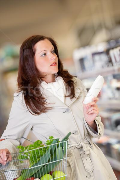 Winkelen jonge brunette kiezen shampoo supermarkt Stockfoto © CandyboxPhoto