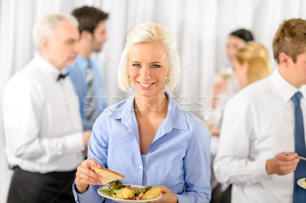Glimlachend zakenvrouw bedrijf lunch buffet houden Stockfoto © CandyboxPhoto