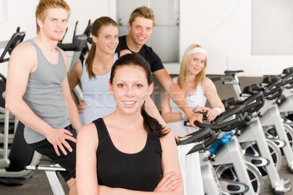 Stock fotó: Fitnessz · fiatal · csoportkép · tornaterem · bicikli · portré