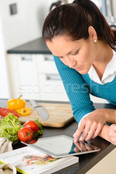 Donna guardando tablet lettura ricetta cucina Foto d'archivio © CandyboxPhoto
