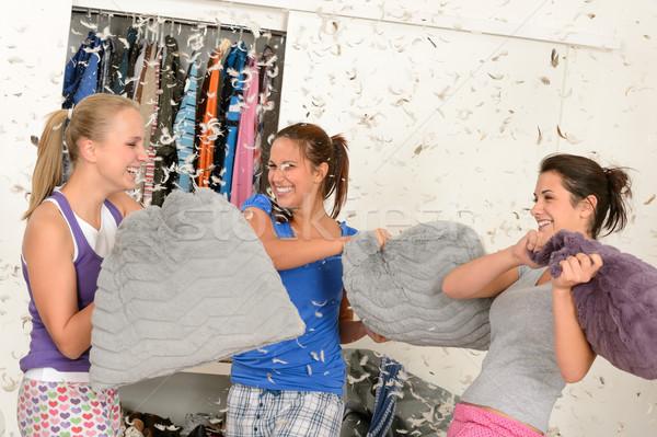 Jonge lachend meisjes kussengevecht vliegen veren Stockfoto © CandyboxPhoto