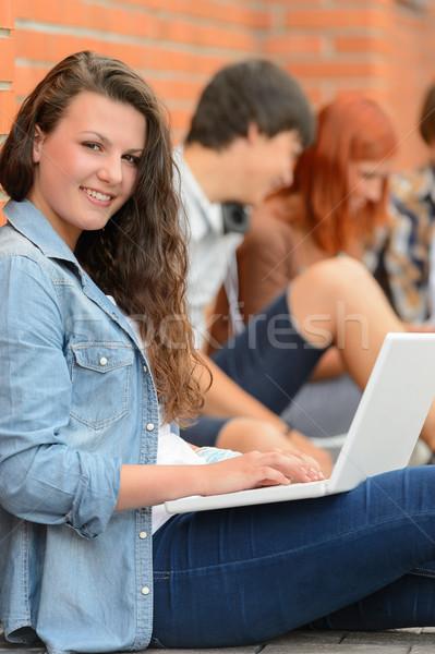 Foto stock: Menina · trabalhando · laptop · amigos · estudante · fora