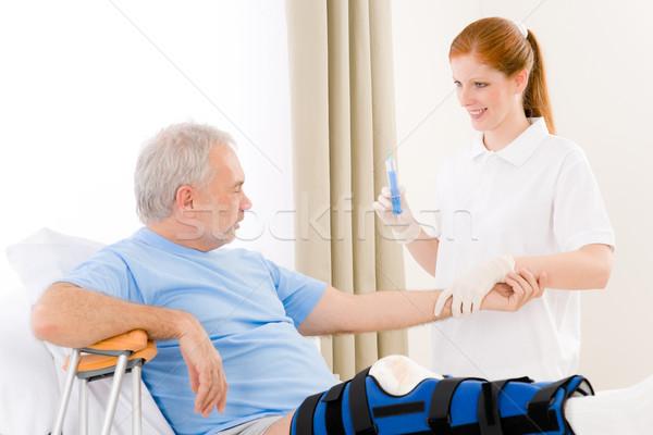 ストックフォト: 病院 · 女性 · 看護 · シリンジ · 患者 · 骨折した脚