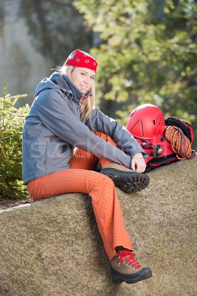 Ativo mulher escalada sessão mochila mulher jovem Foto stock © CandyboxPhoto
