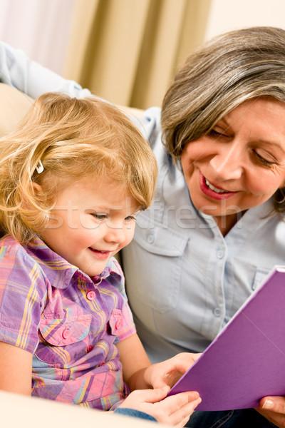 Foto stock: Avó · neta · ler · livro · juntos · little · girl