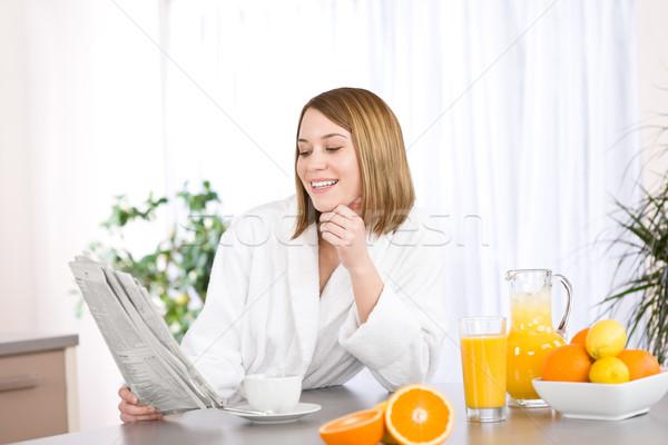 Stok fotoğraf: Kahvaltı · gülümseyen · kadın · okuma · gazete · mutfak · kahve