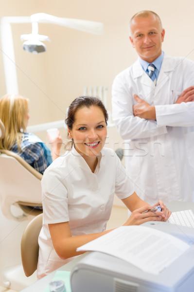 Dentista assistente sorridente cirurgia dentária escritório profissional Foto stock © CandyboxPhoto