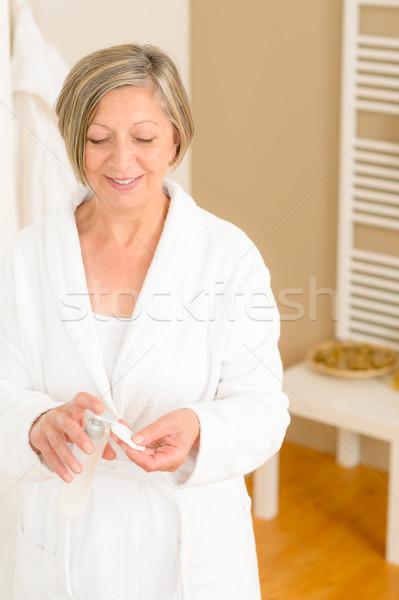 Kıdemli kadın banyo krem pamuk yüz Stok fotoğraf © CandyboxPhoto