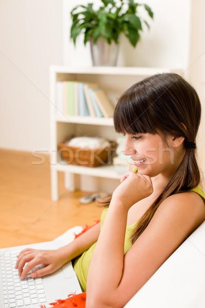 Stock fotó: Tinédzser · lány · pihen · otthon · boldog · laptop