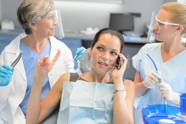 Drukke zakenvrouw tandheelkundige ingreep telefoon roepen tandartsen Stockfoto © CandyboxPhoto