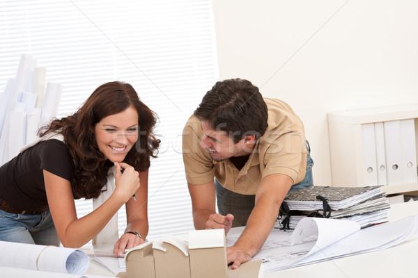 Foto stock: Sorridente · homem · mulher · trabalhando · arquiteto · escritório