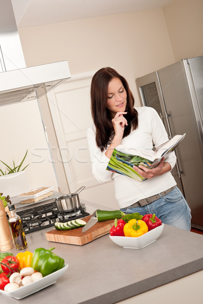 Lettura ricettario cucina guardando ricetta Foto d'archivio © CandyboxPhoto