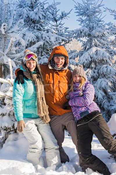 Trzy znajomych cieszyć się śniegu zimą wakacje Zdjęcia stock © CandyboxPhoto