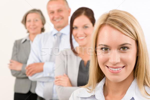 Equipo de negocios feliz pie línea retrato mujer atractiva Foto stock © CandyboxPhoto