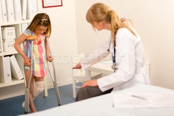 Pediatra little girl muletas em caminhada cirurgia Foto stock © CandyboxPhoto