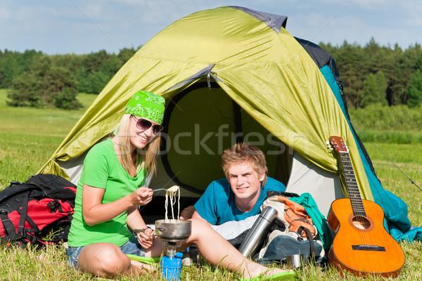 Jóvenes camping Pareja cocina comida fuera Foto stock © CandyboxPhoto