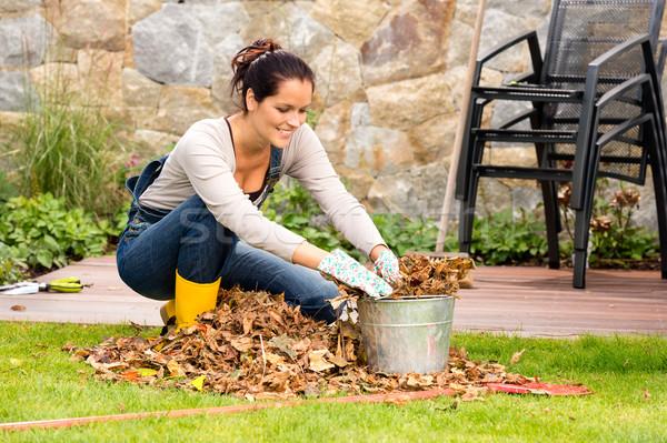 Mosolygó nő töltelék levelek kertészkedés száraz kert Stock fotó © CandyboxPhoto