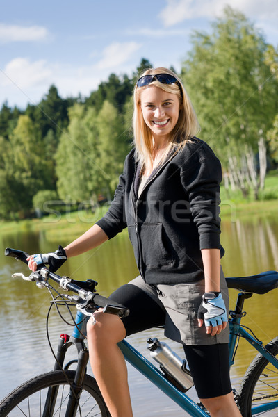 Mountain bike mulher jovem em pé lago pier olhando Foto stock © CandyboxPhoto