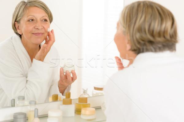 Senior vrouw reflectie badkamer spiegel naar Stockfoto © CandyboxPhoto