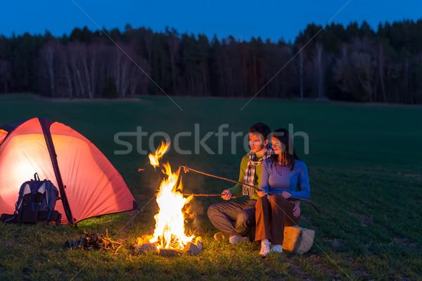 Foto stock: Camping · noite · casal · cozinhar · fogueira · romântico