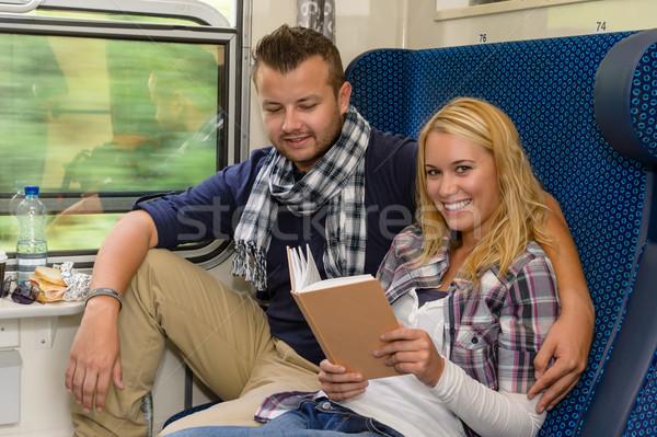 Foto stock: Pareja · tren · mujer · lectura · sonriendo