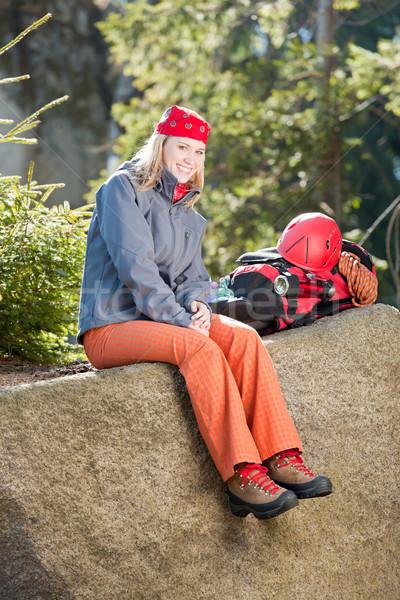 Actief vrouw rotsklimmen vergadering rugzak jonge vrouw Stockfoto © CandyboxPhoto