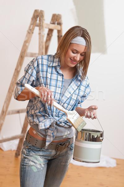 Ev geliştirme gülümseyen kadın fırça boya boyama ev boya Stok fotoğraf © CandyboxPhoto