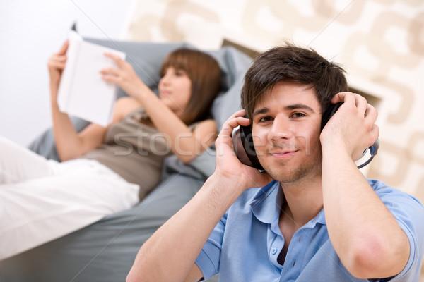 Estudante adolescente homem relaxante fones de ouvido mulher Foto stock © CandyboxPhoto