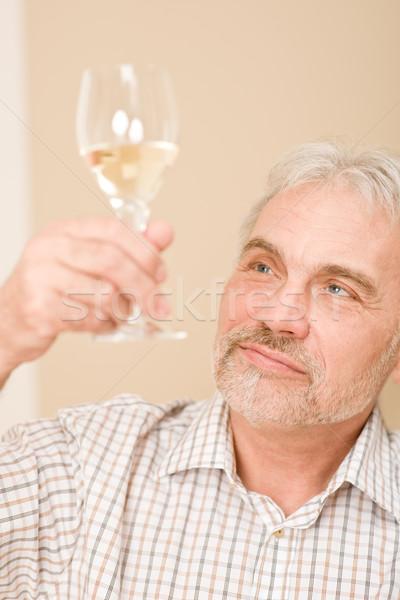 Senior homem maduro vidro vinho branco olhando vinho Foto stock © CandyboxPhoto