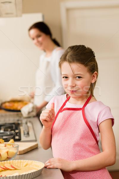 Photo stock: Jeune · fille · tarte · aux · pommes · pouce · up · dégustation