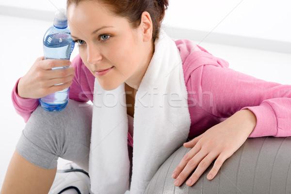 Femme de remise en forme détendre une bouteille d'eau balle eau gymnase Photo stock © CandyboxPhoto