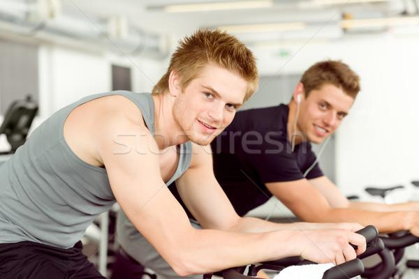 Stock fotó: Fitnessz · fiatalember · tornaterem · bicikli · bent · kardio