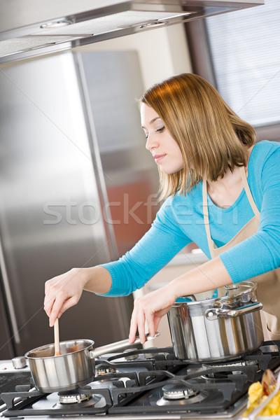 Cocina mujer italiano salsa de tomate moderna Foto stock © CandyboxPhoto