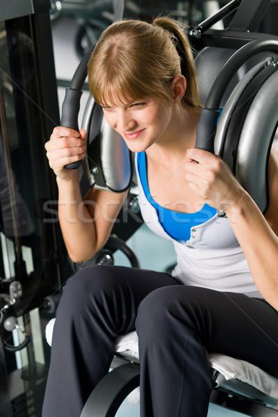 Fitness centrum młoda kobieta wykonywania brzuszny mięśni Zdjęcia stock © CandyboxPhoto