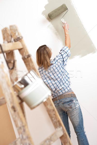 Melhoramento da casa alegre mulher pintar escada pintura Foto stock © CandyboxPhoto